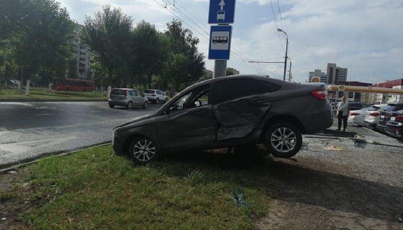 Авария дня. В центре Казани Lada столкнулась с автовозом