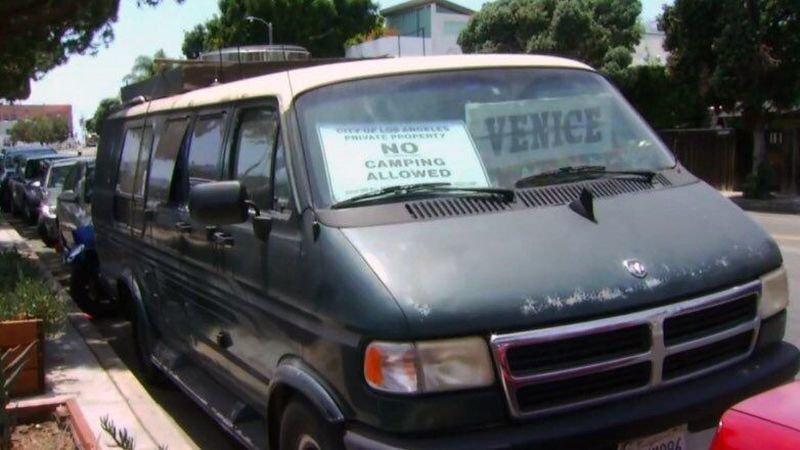 В Лос-Анджелесе стали предлагать жилье в припаркованных фургонах