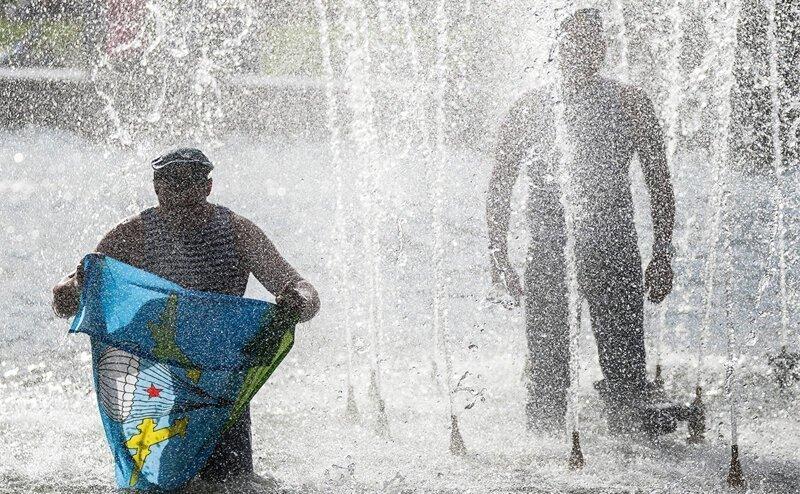Почему десантники на День ВДВ бьют арбузы и купаются в фонтанах?