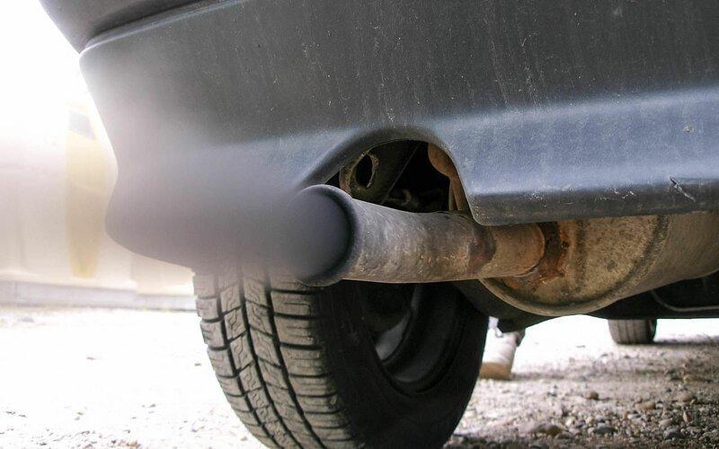Почему из выхлопной трубы идет синий дым?