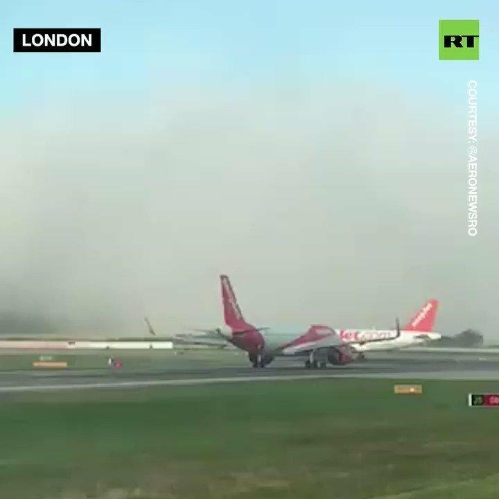 Самый большой авиалайнер в мире появился в аэропорту из ниоткуда и приземлился