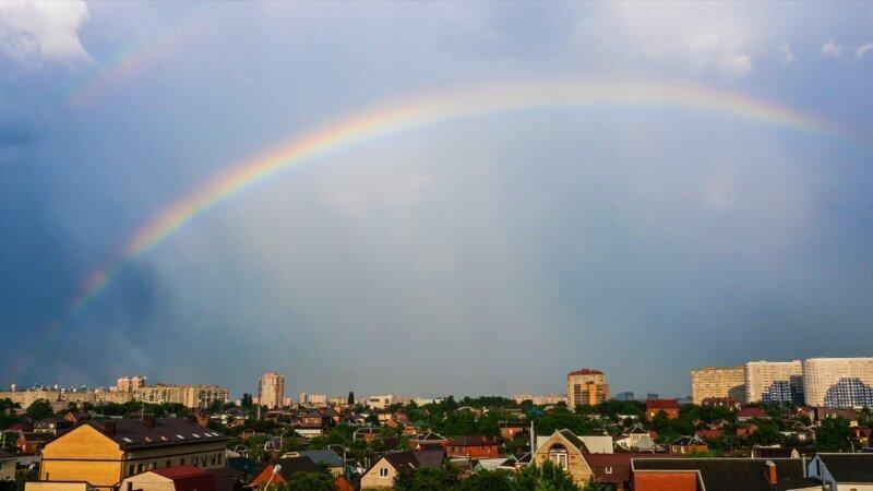 Начало радуги после дождя