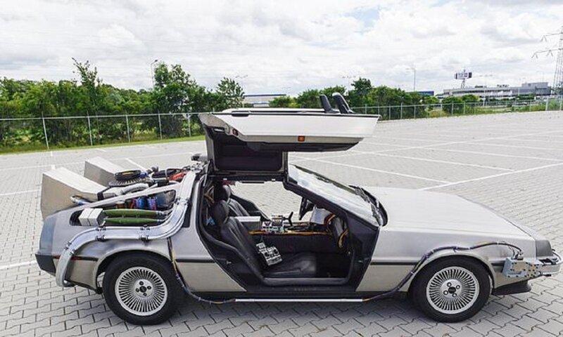 """Изобретатель в точности воспроизвел машину времени из фильма """"Назад в будущее"""""""