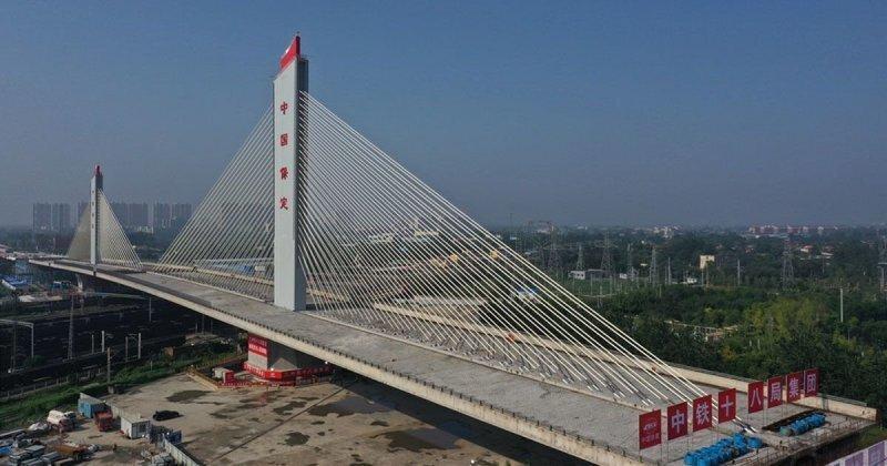 Китайцы построили поворотный мост длиной 260 метров, чтобы не мешать движению поездов