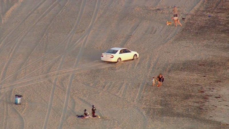 В Лос-Анджелесе полиция преследовала угнанный автомобиль по пляжу