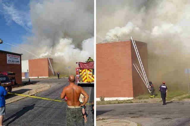 Пожарные поставили лестницу, чтобы еноты смогли безопасно сбежать с горящего склада