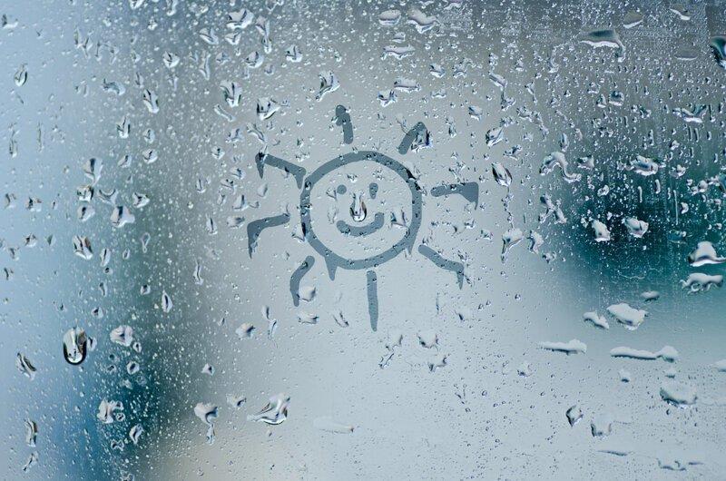 Почему на окнах образуется конденсат и как с ним бороться?