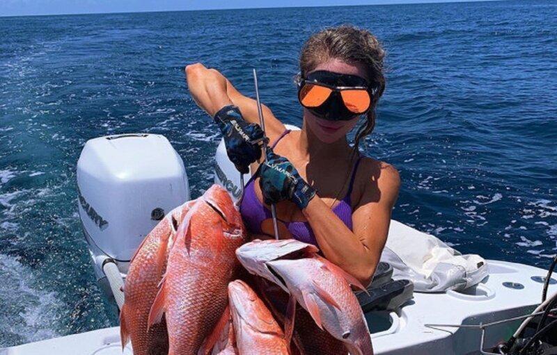 Красавица-рыбачка хвастается своими... рыбками