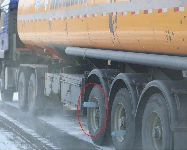 Зачем пустые бутылки в колесах прицепов грузовиков