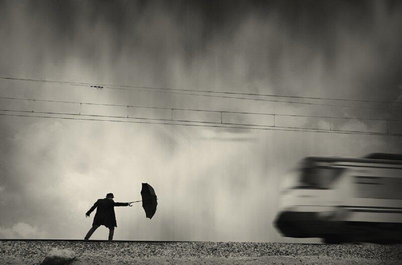 Мужчина и зонтик как символ одиночества в мире