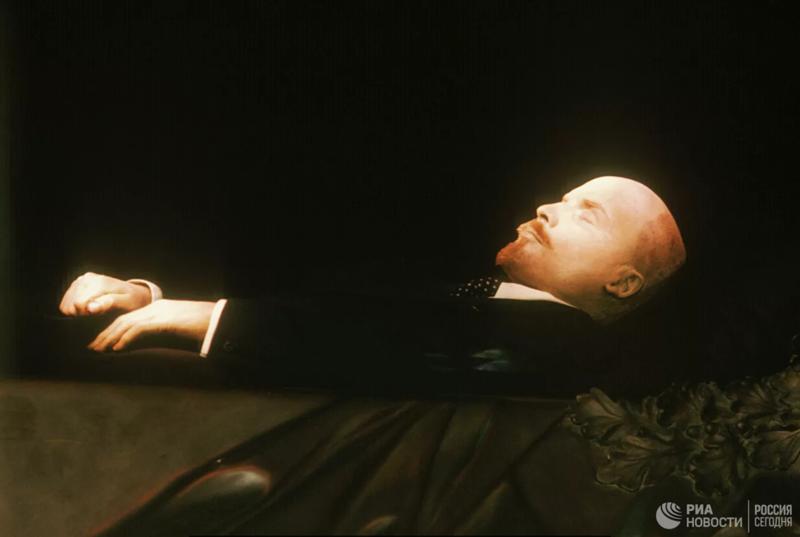 Кто лежит в Мавзолее: кукла, мумия или восковая фигура