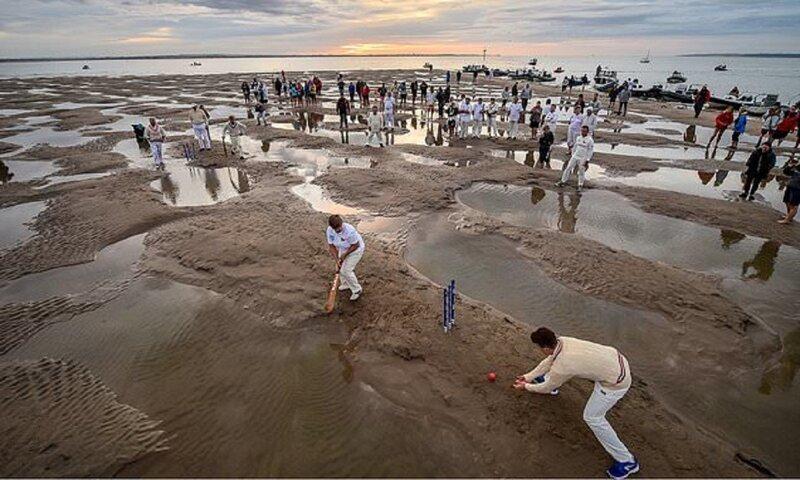 Яхтсмены сыграли в крикет на морском дне