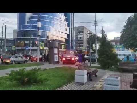 Автомобиль Игоря Николаева едет по тротуару в Саратове
