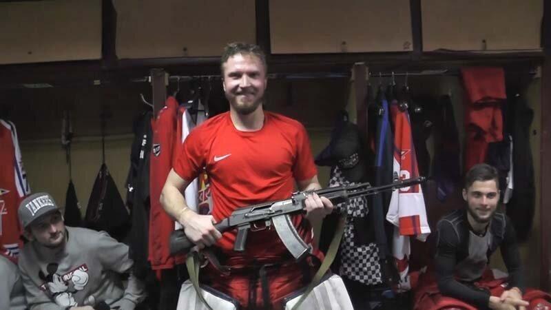 Российский хоккейный клуб вручил автомат лучшему игроку матча