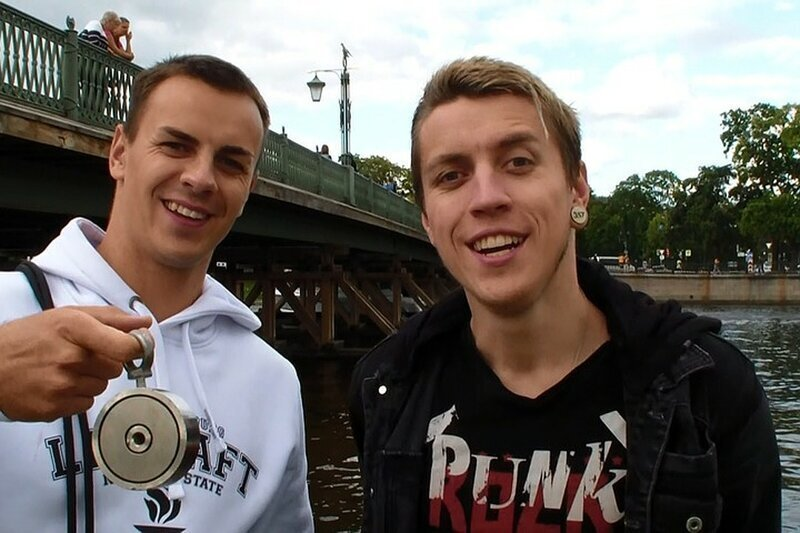Два брата из Петербурга вылавливают монеты из рек, а затем отдают их в детские дома