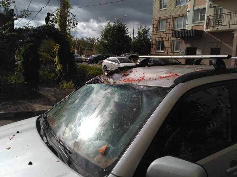В Подольске мужчина скинул арбуз с балкона на припаркованный автомобиль