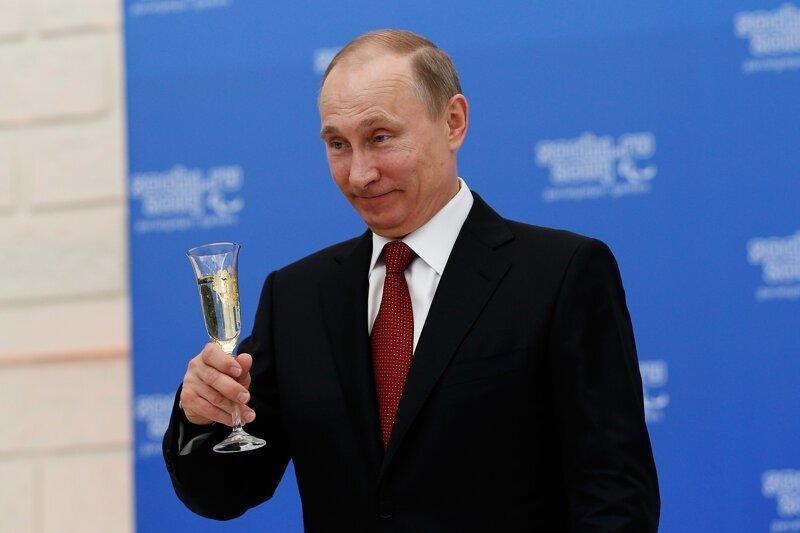 Президент РФ повысил зарплаты чиновникам