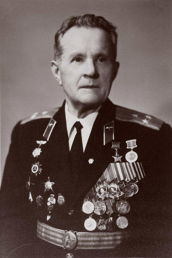 25 сентября 1945,первый затяжной прыжок из стратосферы совершил советский парашютист Василий Романюк