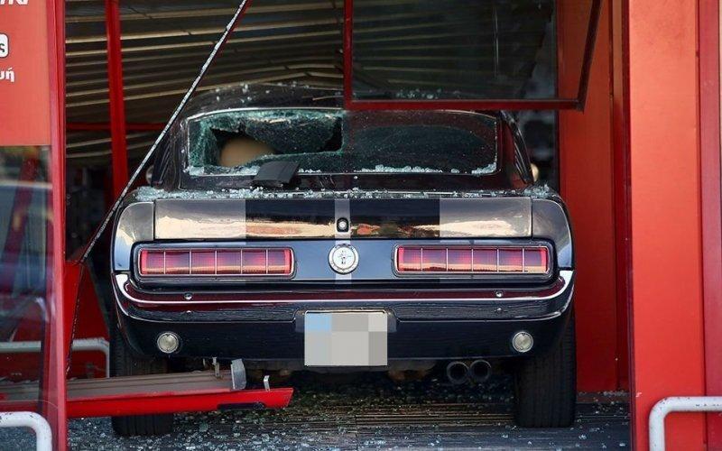 В Греции воры использовали классический Ford Mustang в качестве тарана, чтобы проникнуть в магазин электроники