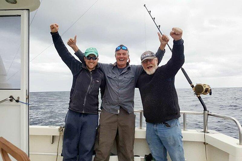 Рыбаки поймали гигантского тунца, который может стоить миллионы и выпустили его обратно в океан