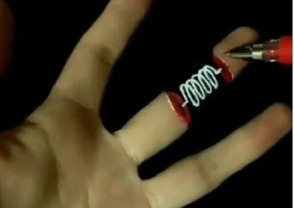Фокус художника:  палец только что был, а теперь его нет