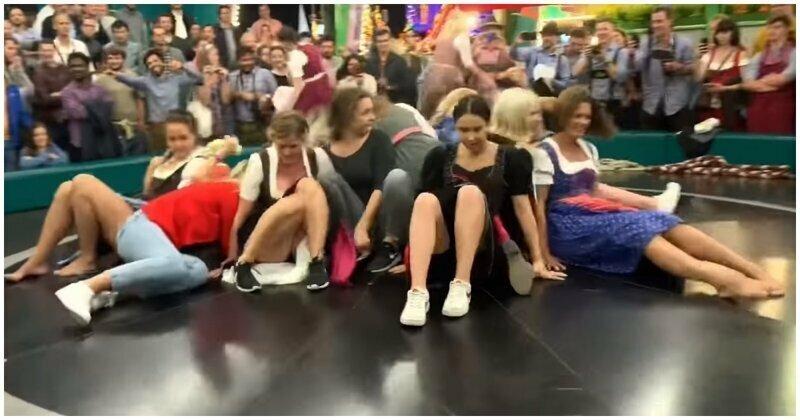 Катание девушек на «Дьявольском колесе» на Октоберфесте