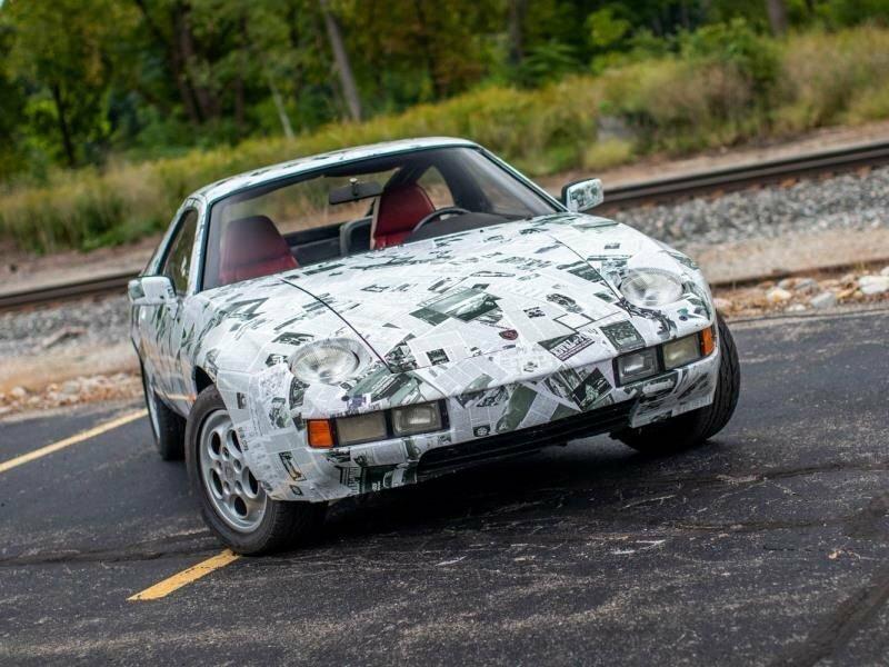 Энтузиаст завернул Porsche 928 в газету