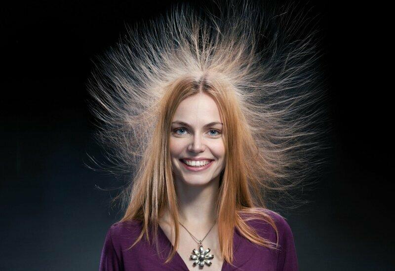 Внимание, электрозаряд: почему волосы на голове электризуются и встают дыбом?