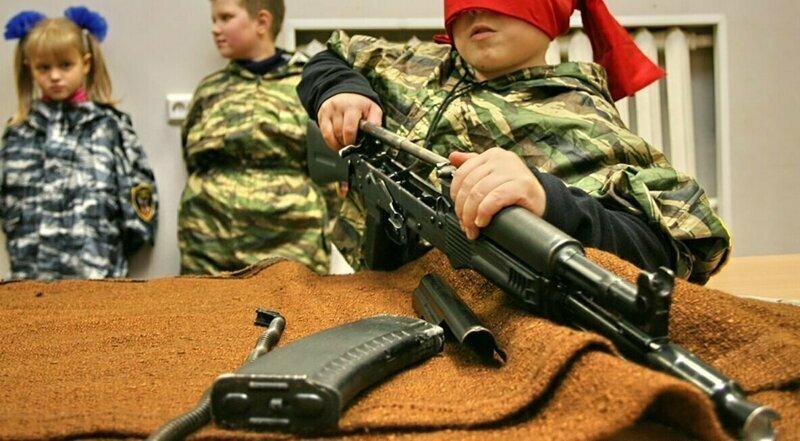 Минпросвещения предложило провести в школах урок по сборке автомата Калашникова