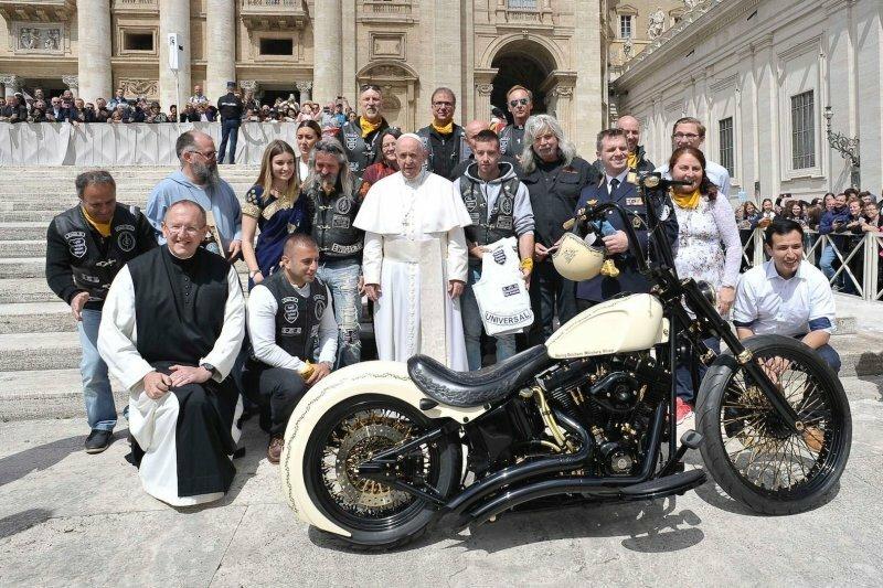 Harley-Davidson, подписанный Папой Римским, продали с аукциона