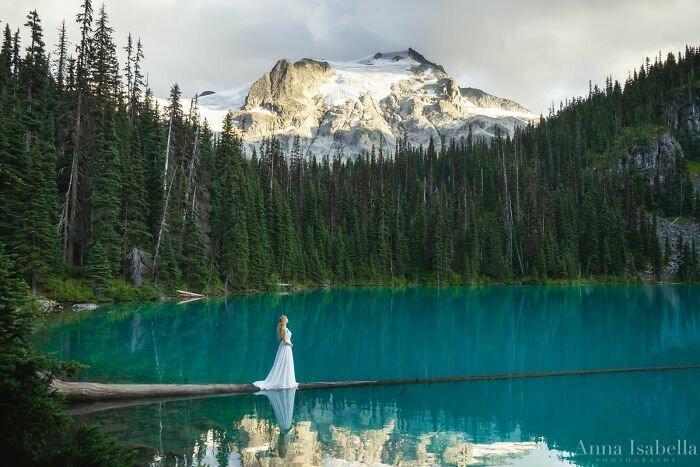 Девушка делает автопортреты на фоне природы, чтобы показать красоту и гармонию