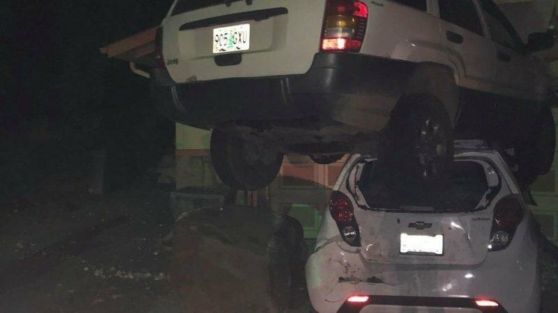 Лихач налетел на камень и приземлился прямо на другой автомобиль