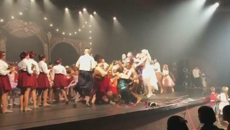 Допрыгались: танцоры проломили сцену в Бразилии
