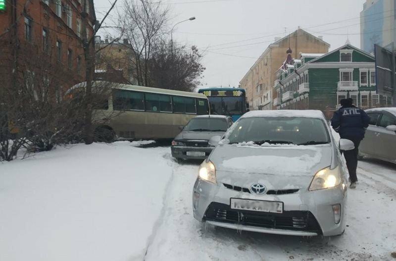 Сильный снегопад вызвал транспортный коллапс в Хабаровске