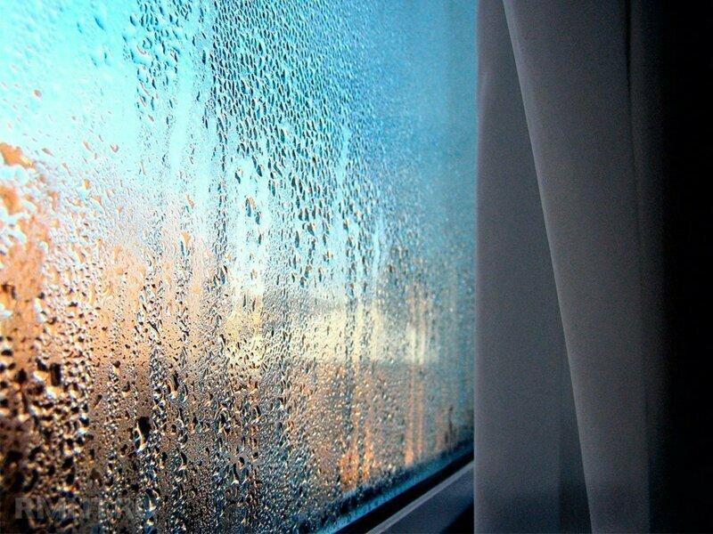 Почему пластиковые окна запотевают изнутри в зимний сезон?