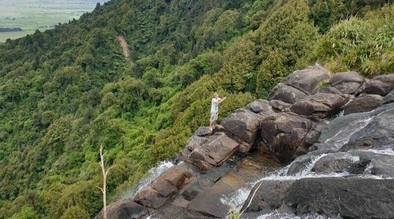 «Один порыв ветра, и они мертвы»: селфи у известного водопада