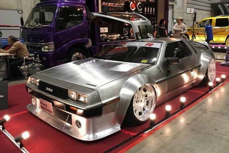 Широкий и очень низкий DeLorean DMC-12 с автовыставки в Японии
