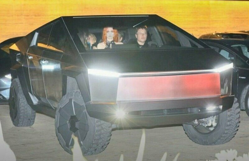 Илон Маск замечен за рулем Tesla Cybertruck на улицах Лос-Анджелеса
