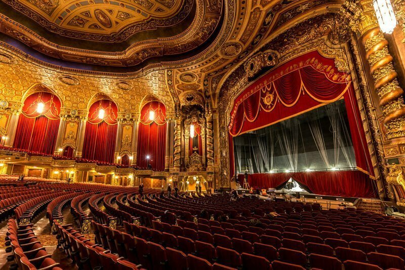 Роль театра в жизни людей: почему стоит посещать спектакли?