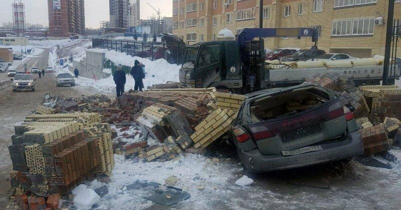 Кирпичная арка раздавила легковой автомобиль, водитель чудом смог спастись
