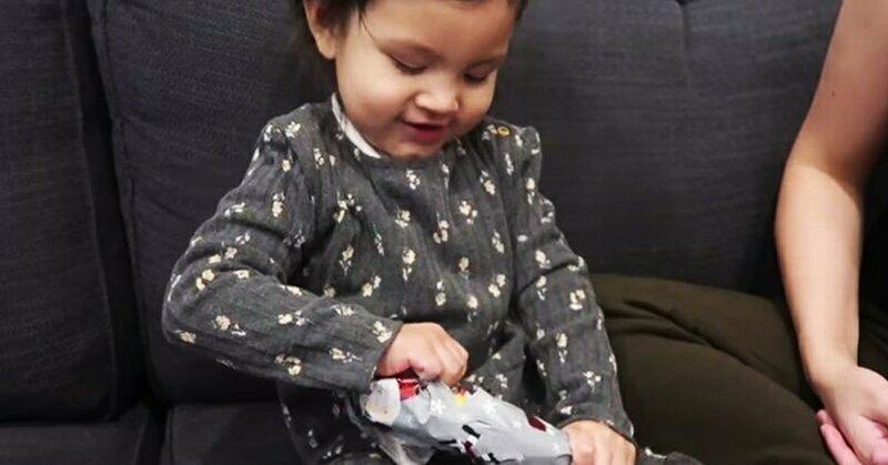 Отец подарил малышке «худший» подарок за всю историю - и ее реакция бесценна