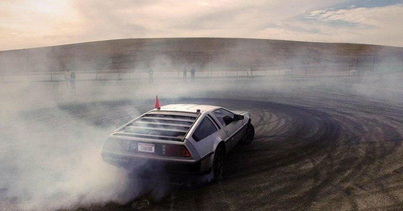 Инженеры из Стэнфорда научили дрифтовать беспилотный электрический DeLorean