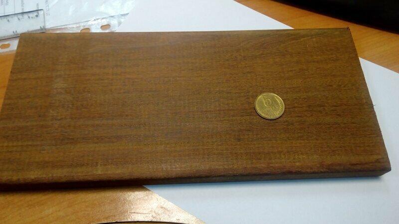 Подставка под телефон, или что можно сделать из куска дерева и монеты