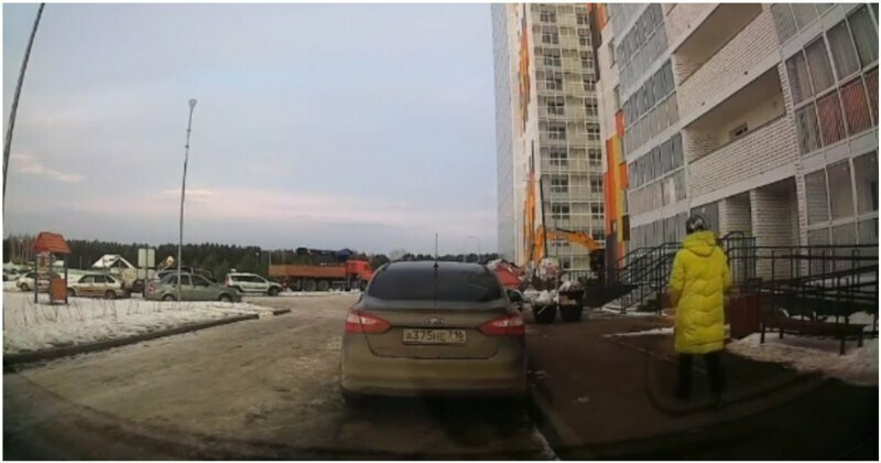 Стеклопакет упал с 18 этажа в метре от женщины
