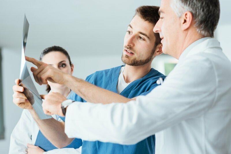 Россиянину вместо лечения перелома руки, порекомендовали разрешиться от беременности