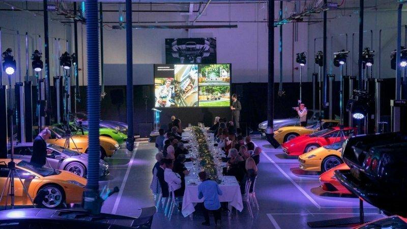 Ужин с красотками: в Лондоне организовали необычное мероприятие среди культовых моделей Lamborghini