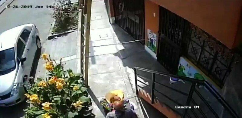 Разъяренный инвалид скинул рабочего с лестницы