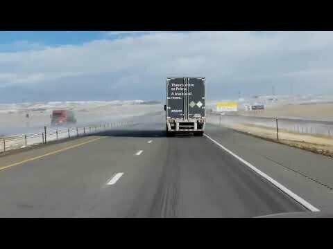 Метель сдувает грузовик на трассе