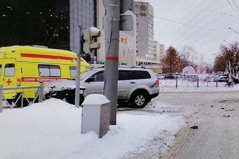Дорожный знак упал на голову пешеходу после ДТП в Перми