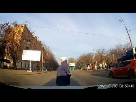 За 15 секунд бабуля создала 2-3 аварийных ситуации на дороге!